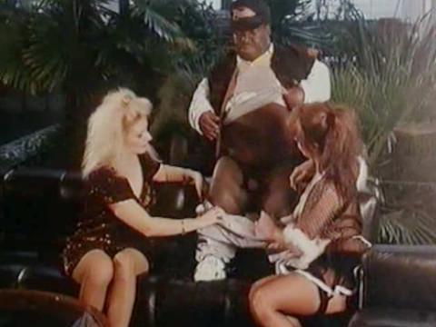 Черный карлик веселится с белыми девушками