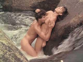 Молодежь занимается сексом у водопада
