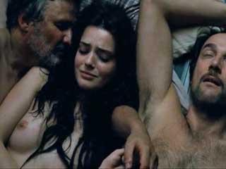 Мужчин удовлетворяют свой сексуальный аппетит при помощи дикой девушки