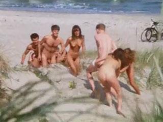 Молодые нудисты загорают и занимаются сексом