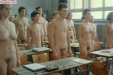 Голые учащиеся заставляют учительницу раздеться.