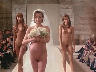 Голые и беременные манекенщицы на подиуме.