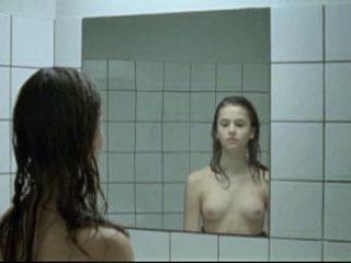 Молодая девушка сравнивает свое тело с телом взрослой женщины.