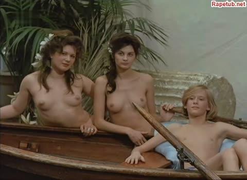 Парень позирует голым вместе с взрослыми обнаженными женщинами.