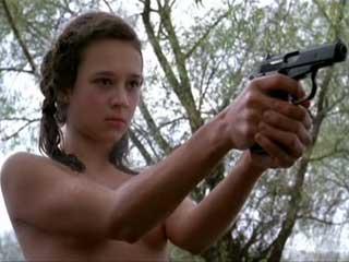 Мальчик пристает к девочке или девочка и оружие.