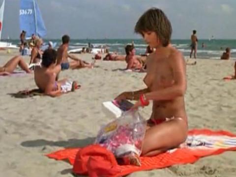 Французский пляж с обнаженными французскими женщинами