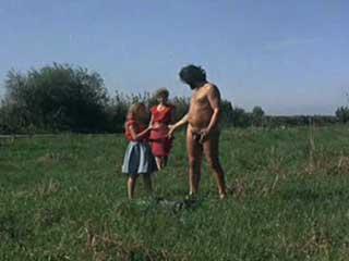 Мать с дочерью решают помыть голого дядю.