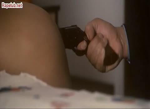 Девушке в зад засунули дуло пистолета и провернули.