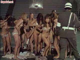 Полицейские жестко издеваются над группой женщин-заключенных.