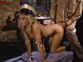 Поставив девушку на четвереньки тюремщик оттрахал ее
