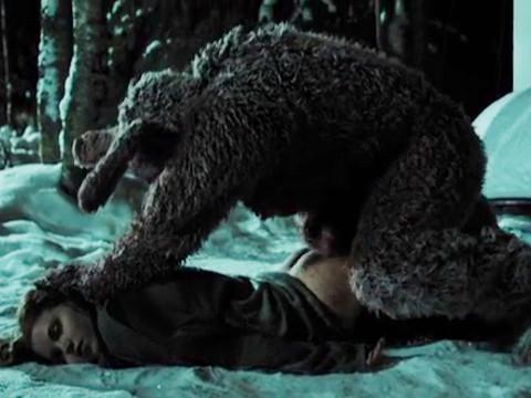 Гигантский кролик насилует всех женщин на его пути