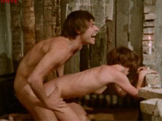 Злобный карлик похищает и торгует секс рабынями