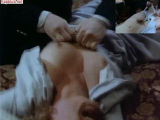 Полицейский приковал женщину к кровати разодрав на ней одежду.