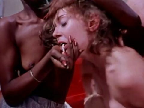 Черная женщина принуждает белую к сексу