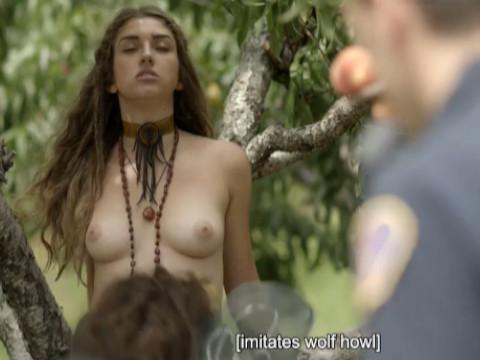 Женщина вырожает протест показывая свое голое тело