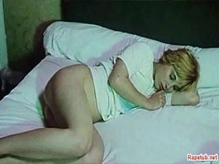 Потный толстый очкарик изнасиловал девушку пока она спала.