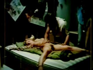 Двое мужчин оттрахали спящую женщину