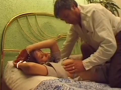 Усыпив девушку мужчина отвез ее домой на кровать