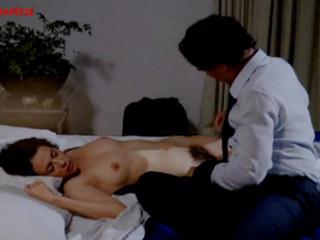 Пока женщина спала мужчина раздел ее и лапал ее грудь