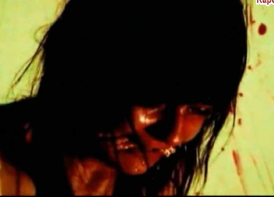 На протяжении всего фильма следует видеоряд, показывающий самые отвратительные формы надругательства над слабым полом.