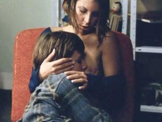 Старшая сестра позволяет брату ласкать ее грудь