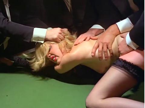 Мужчины в маске вынуждают женщину отдаться на столе