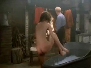 Молодая девушка принимает ванну при взрослом мужчине