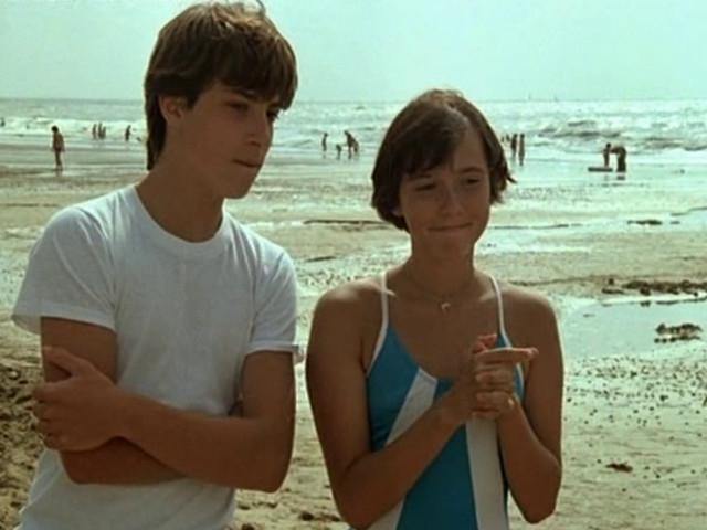 Молодая девушка водит роман с двумя мужчинами