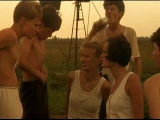 Подростки разводят сверстницу показать грудь