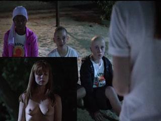 Ребята уговорили девушку показать им сиськи.