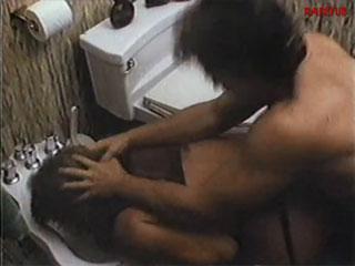Жестко отодрал женщину в туалете