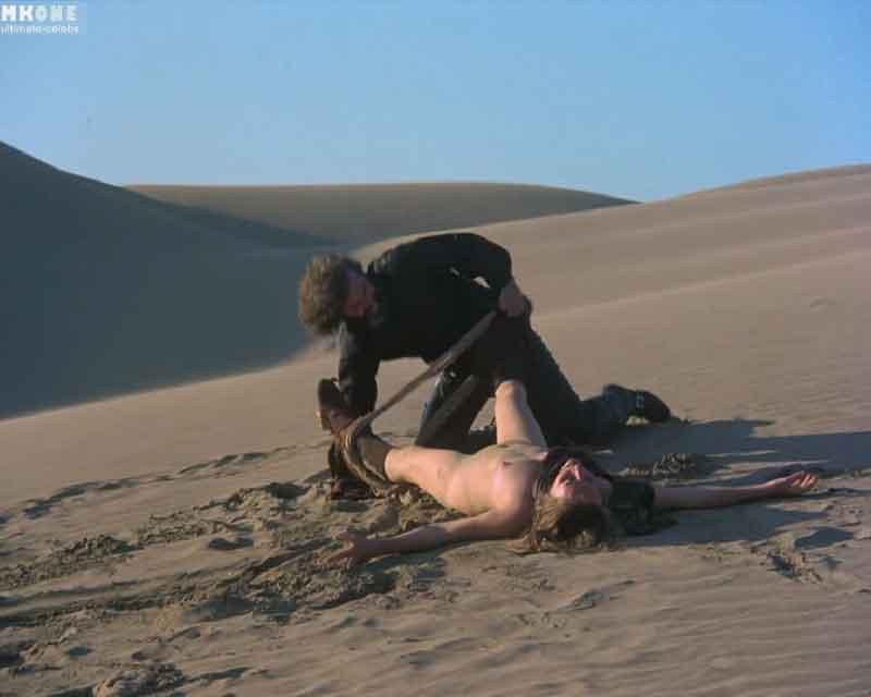 Ковбой насилует девушку в пустыне.