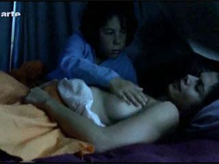 Спящая женщина просит потрогать грудь