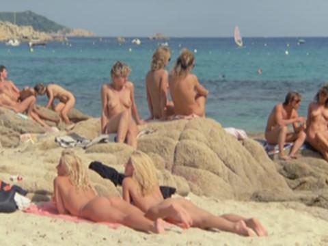 Пенсионеры на нудистском пляже