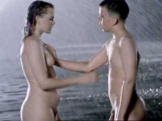 Парень-подросток лапает женщину за грудь, во время купания.