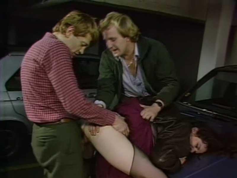 Девушку подкараулили на парковке трое мужиков и изнасиловали.