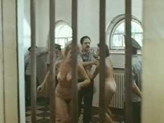 Моют заключенных женщин холодной водой с брандспойта.