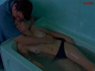 Охотник на вампиров раздевает молодую девушку Изабелла Мико