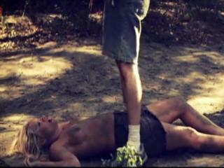 Деревенский мужик унижает и трахает женщину