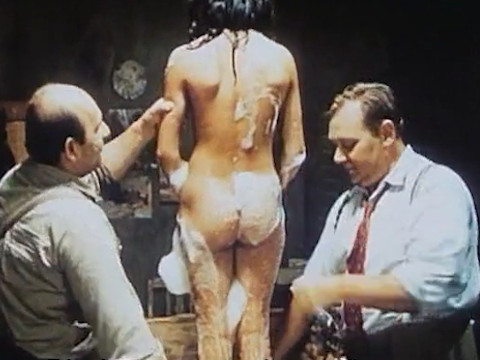 Советский полицейский моет молодую девушку