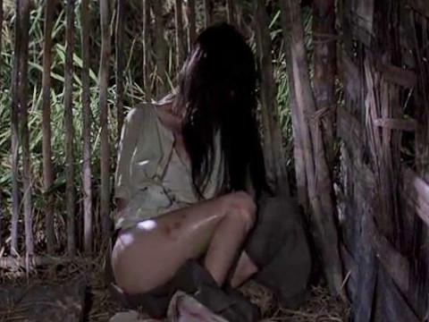 Солдаты похищают девушку для развлечения и мести