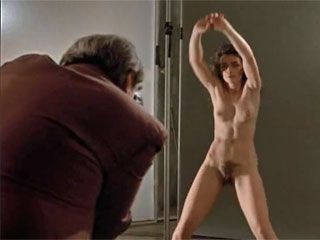 Голая красавица танцует перед фотографом который насилует ее