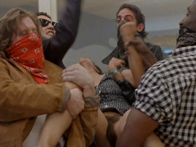 Шайка бандитов срывают трусы с женщины