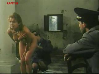 Работники тюрьмы домогаются девушку