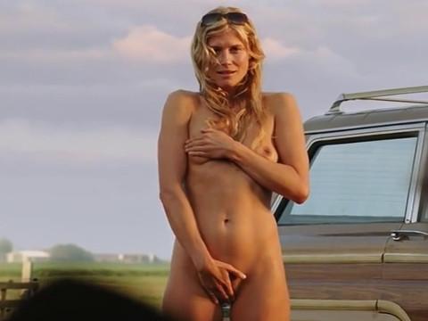 Женщина мастурбирует перед мужчиной